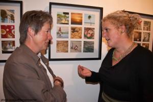 Maria Schmid und eine interessierte Besucherin